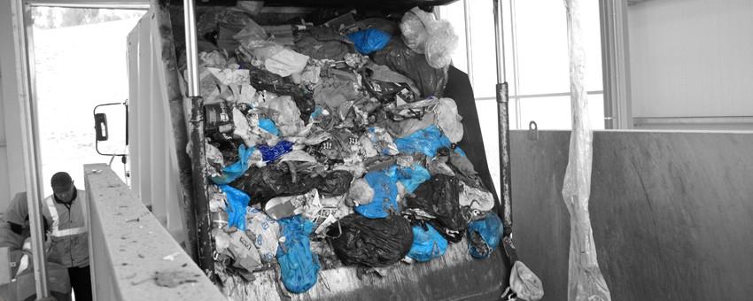 Camión de residuos en la estación de transferencia de Tafalla