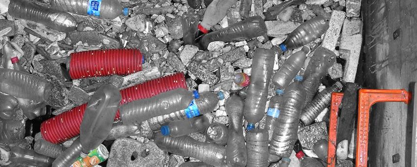 Arqueta de registro de un emisario de agua residual llena de desperdicios