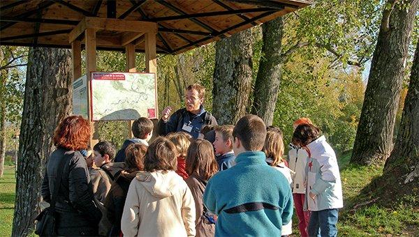 Monitor con grupo en parque fluvial de la Comarca de Pamplona
